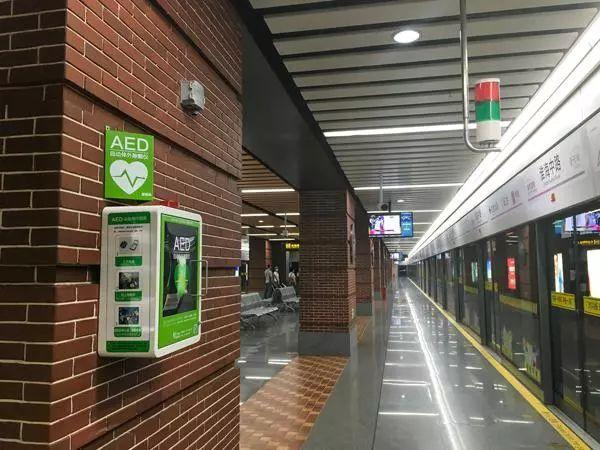 《循环》:地铁里有这个小东西能救命!普通人及时使用除颤仪抢救心脏骤停,患者生还可能比等医生来高162% | 临床大发现